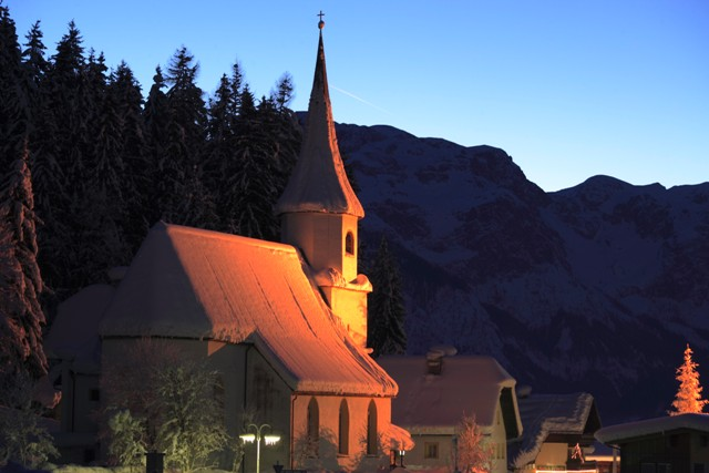 AlpinePearls_Werfenweng_TravelCharme_Bergresort_05_Kirche_im_Winter