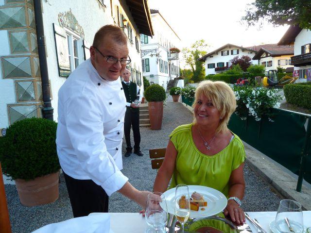Chiemsee Golf Elsa Honecker Chefkoch serviert Usinga Gut Ising