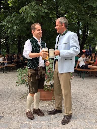 Stossen an auf ein gutes Verhältnis: <strong>Der Pächter des Hofbraeukeller München, Friedrich Steinberg, und der Vertreter der KSStV Alemannia, Jakob Schmidkonz