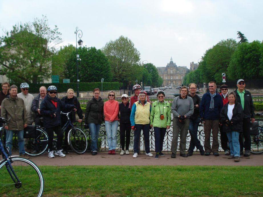 Juergen Kagelmann Viking Radkreuzfahrt Normandie Die Radlgruppe vor dem Barockschloss Maison Lafitte © C. Bodens