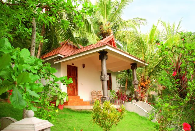 Eingebettet in einen tropischen Garten liegen die Bungalows des Bethsaida Hermitage Ayurvedic Beach Resort im südindischen Kerala - Lotus Travel Bethsaida Hermitage Ayurvedic Beach Resort big 1lotus indien 012