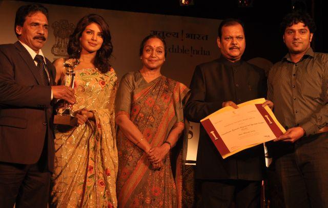 Somatheeram Ayurveda Resort soma 147: Polly Mathew (links) und Jaison Arampankudy (rechts), Geschäftsführung des Somatheerams, nehmen den Preis vom indischen Tourismusminister Subodh Kant Sahei (2. vr) in New Delhi entgegen. Dazwischen die Ehrengäste Meira Kumar, Sprecherin des indischen Parlaments (Mitte) und Priyanka Chopra, eine der bekanntesten Bollywood-Schauspielerinnen (2. vl) Bildnachweis: Somatheeram Ayurvedic Health Resort
