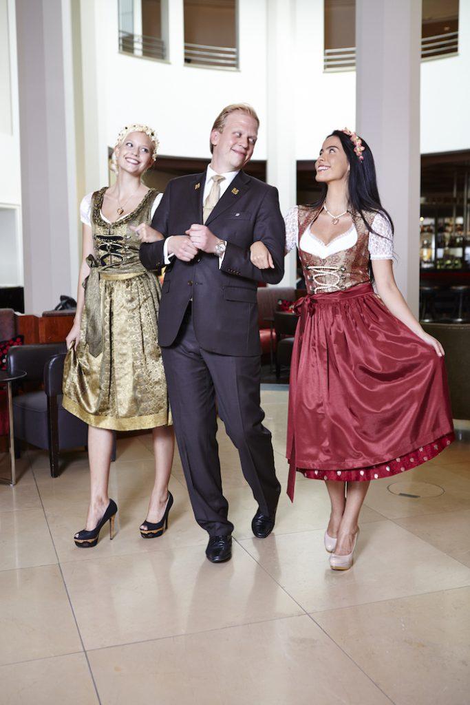 Münchens Top-Hotels oktoberfest_the-charles-hotel_dirndlliebe-mit-concierge